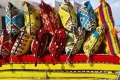 Den färgade traditionella arabiskan kudde till salu i en souk royaltyfria bilder