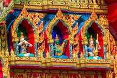 Den färgglade dockan göras av stuckaturen Framme av den kyrkliga dooen Arkivfoton
