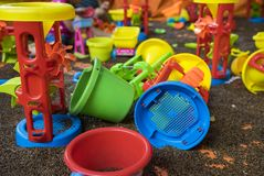 Den färgglade ungen leker med mannen gjord säker sand från cassia som toraen kärnar ur Fotografering för Bildbyråer