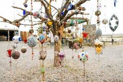 Den färgrika araben smyckar att hänga på ett döträd med vit bakgrund royaltyfri foto