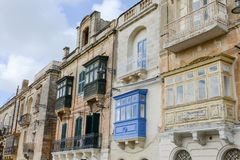 Den färgrika balkongen på Vittoriosa på Malta Fotografering för Bildbyråer