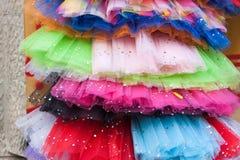 Den färgrika ballerinakjolen kringgår till salu i Palma, Majorca arkivbilder