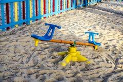 Den färgrika barnlekplatsen parkerar på Arkivfoton