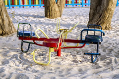 Den färgrika barnlekplatsen parkerar på Arkivbild