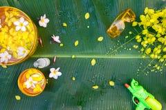 Den färgrika blomman i vattenguldfärg bowlar att dekorera och parfymerat vatten, doft, rörvapen royaltyfri fotografi