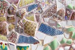 Den färgrika brutna traditionella bunkedecoratinen för tegelplatta och Thailand Royaltyfri Bild