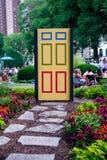 Den färgrika dörren som står på lån, parkerar själv chicago Arkivfoton