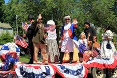 Den färgrika flötet med folk klädde som historiska tecken, i stadens centrum Saratoga Springs, 2016 Arkivfoto