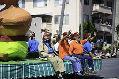Den färgrika flötet på Sts Patrick dag ståtar Royaltyfria Foton