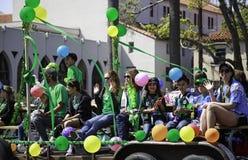 Den färgrika flötet på Sts Patrick dag ståtar Royaltyfri Foto