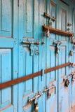 Den färgrika forntida dörren med låser Arkivfoton