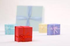 Den färgrika gåvan boxas Royaltyfri Fotografi