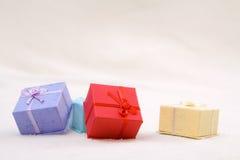 Den färgrika gåvan boxas Arkivfoton