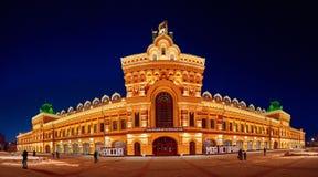 Den färgrika gamla byggnaden av mässan glöder ljust royaltyfri foto