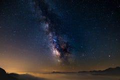 Den färgrika glödande kärnan av Vintergatan och den stjärnklara himlen fångade på hög höjd i sommartid på de italienska fjällänga Fotografering för Bildbyråer