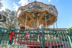 Den färgrika härliga karusellen parkerar cirkuskarnevalfestival royaltyfri fotografi