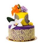 Den färgrika kakan som dekoreras med godisblommor och, snör åt Royaltyfri Bild