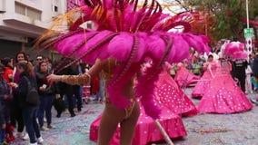 Den färgrika karnevalet Carnaval ståtar festivaldeltagare arkivfilmer