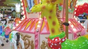 Den färgrika karusellen saktar snurrandelekplatsen lager videofilmer