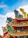 Den färgrika kinesiska draken och svanen skulpterar på taken av ch Royaltyfria Bilder