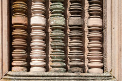 Den färgrika kolonnen specificerar på det forntida stentempelet i Burirum Thail Royaltyfria Foton