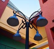 Den färgrika lampan postar Arkivfoto