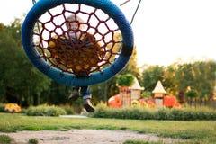 Den färgrika lekplatsen i parkerar suddigt arkivfoton
