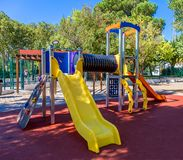 Den färgrika lekplatsen på en stad parkerar royaltyfri bild