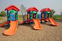 Den färgrika lekplatsen på utomhus- parkerar. Royaltyfri Foto