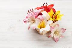 Den färgrika liljan blommar korgen Royaltyfri Bild