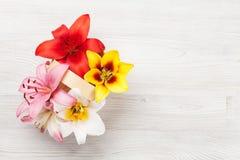 Den färgrika liljan blommar korgen Royaltyfri Foto