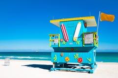Den färgrika livräddaren står hög i Miami Beach, USA royaltyfri foto