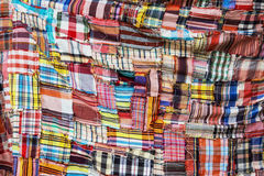 Den färgrika modellen av den thailändska torkduken royaltyfri fotografi