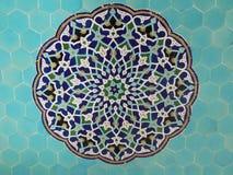 Den färgrika modellen på blått belägger med tegel moskégarnering arkivfoton