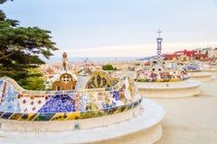 Den färgrika mosaikbänken av parkerar Guell som planläggs av Gaudi, i Barce arkivfoton