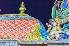 Den färgrika nattsikten av indiska gudar skulpterar på Sri Maha Mariam Royaltyfri Bild