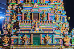 Den färgrika nattsikten av indiska gudar skulpterar på Sri Maha Mariam Royaltyfria Bilder