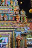 Den färgrika nattsikten av indiska gudar skulpterar på Sri Maha Mariam Arkivbilder
