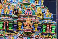 Den färgrika nattsikten av indiska gudar skulpterar på Sri Maha Mariam Arkivfoton