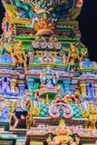 Den färgrika nattsikten av indiska gudar skulpterar på Sri Maha Mariam Fotografering för Bildbyråer