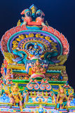 Den färgrika nattsikten av indiska gudar skulpterar på Sri Maha Mariam Royaltyfri Foto