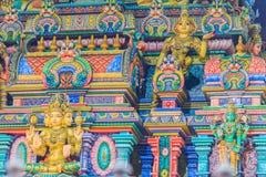 Den färgrika nattsikten av indiska gudar skulpterar på Sri Maha Mariam Royaltyfria Foton