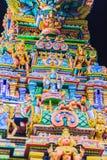 Den färgrika nattsikten av indiska gudar skulpterar på Sri Maha Mariam Royaltyfri Fotografi