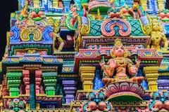 Den färgrika nattsikten av indiska gudar skulpterar på Sri Maha Mariam Arkivbild