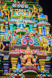 Den färgrika nattsikten av indiska gudar skulpterar på Sri Maha Mariam Arkivfoto