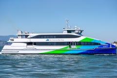 Den färgrika Sanen Francisco Bay Ferry på pir 39 arkivbild