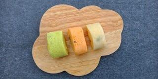 Den färgrika sockerkakarullens borta mögligt royaltyfria bilder