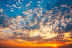 Den färgrika solnedgången, soluppgång, sol, fördunklar Fotografering för Bildbyråer