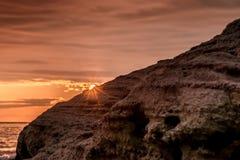 Den färgrika soluppgångsignalljuset som beskådas från stranden, vaggar Royaltyfria Foton