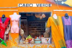 Den färgrika souvenir shoppar klädhantverk, Kap Verde royaltyfri bild